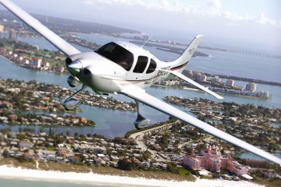 """新浪航空讯 本届珠海航展上,西锐SR20飞机将每天带领航空爱好者进行飞行体验,通过三边飞行、五边着陆,观看地面人、机攒动,与精英飞行员、气质美女教员一同冲上云霄、驰骋蓝天,共同感受史上最具规模的航展盛况。   号称""""空中宝马""""的西锐SR20私人飞机是一款单发4座型轻型私人飞机,机身采用复合材料完成,透露着现代气息。1994年,美国西锐将公司总部从创始地威斯康星州巴里布地区,迁往明尼苏达州德鲁斯地区,并开始设计开发SR20私人飞机,在1998年获得了美国FAA的型号许可证。它蕴含"""