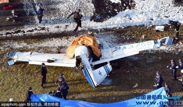 一架小型飞机26日下午在日本大阪府八尾市机场降落时坠毁并起火,机上4人全部遇难。 据当地媒体报道,当地警方和消防部门当天下午4时30分左右接到飞机坠毁的报告,大批救援人员赶到事故现场,发现机上人员已全部死亡。 报道说,这架单引擎螺旋桨飞机是从神户机场起飞前往八尾机场的。大阪府气象部门的报告显示,事发时八尾机场天气状况良好。日本有关部门正在调查事故原因。 目前,机上人员身份尚未确认。 八尾机场距大阪市中心约20公里。
