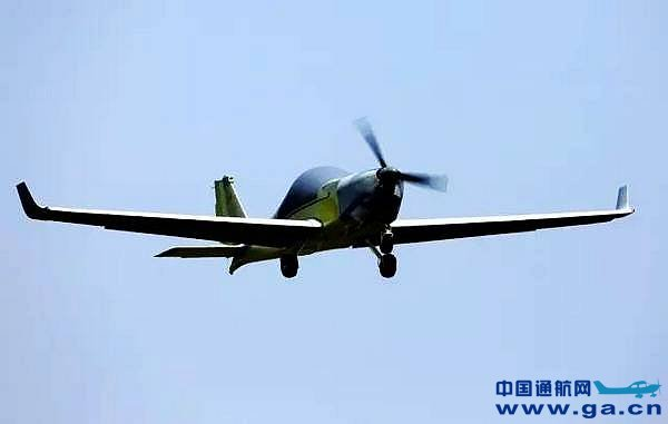 5月10日下午,由中航工业贵州飞机有限责任公司自主研制生产的第一架鹞鹰外贸无人机在经过25分钟的飞行后,于2点55分平稳降落贵飞机场跑道。 该架次鹞鹰系列民用无人机的成功首飞,标志着中航工业贵飞在民用无人机产业发展进程中取得重大进展,同时也是中航工业贵飞落实无人机基地战略的一项重要成果,为中航工业贵飞未来无人机的出口奠定了良好的基础。 鹞鹰无人机系统由四个分系统组成:分别为飞行器分系统、测控与信息传输分系统、任务设备分系统、综合保障分系统,全系统由二至四架无人机和一套地面站组成,任务设备基本配置为无人机
